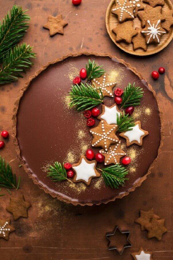 bolo de natal de chocolate decorado com frutas vermelhas e biscoito de estrela Foto Lazy Cat Kitchen