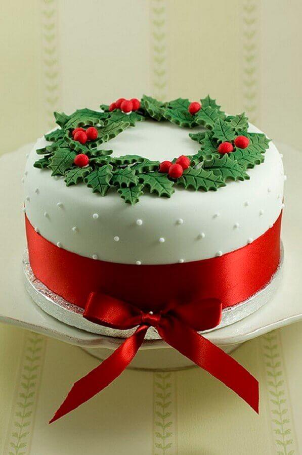 bolo de natal decorado com pasta americana e guirlanda em cima Foto Pouted Magazine