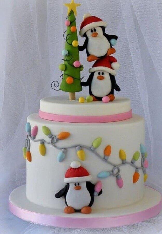 bolo de natal decorado com pasta americana infantil com pinguins Foto Hasshe
