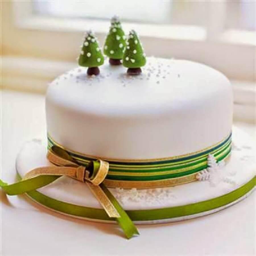 bolo de natal simples com pinheirinhos no topo Foto Arquitrecos