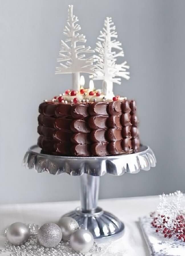 bolo de natal simples de chocolate com pinheiros brancos no topo Foto CakesIdeas