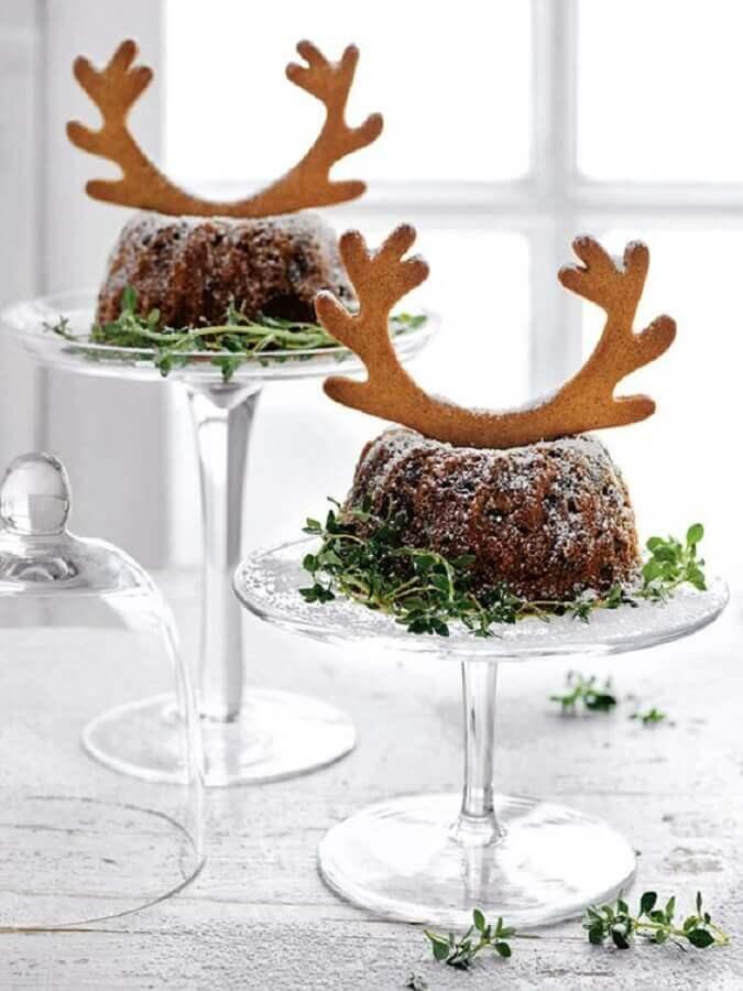 bolo de natal simples decorado com biscoito em formato de chifre de rena Foto Foodyolla