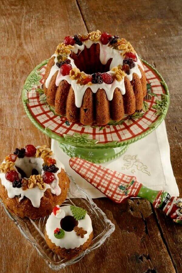 bolo de natal simples decorado com frutas cristalizadas Foto Vamos Receber