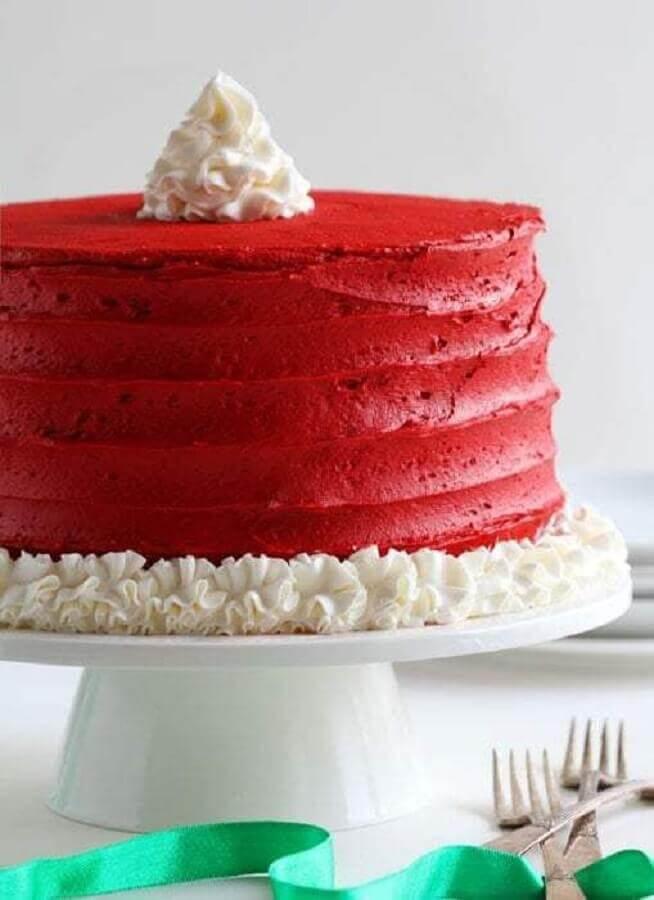 bolo de natal simples todo vermelho com detalhes feitos em chantilly Foto Pinosy