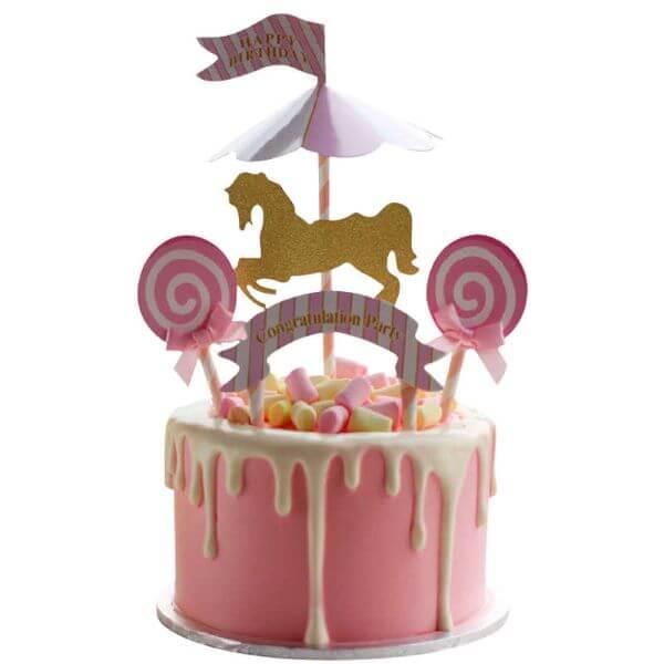 Bolo de unicórnio cor de rosa com detalhes em dourado