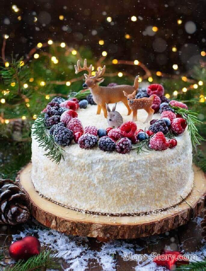 bolo decorado de natal com frutas vermelhas e renas Foto Pinosy