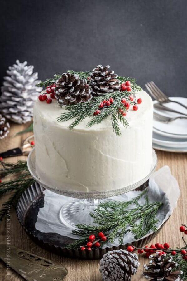 bolo decorado de natal com pinhas e raminhos Foto SistaCafe