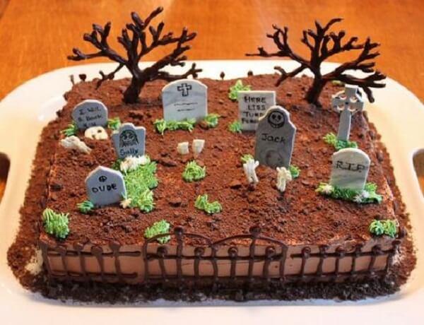 Bolo de Halloween simula um cemitério
