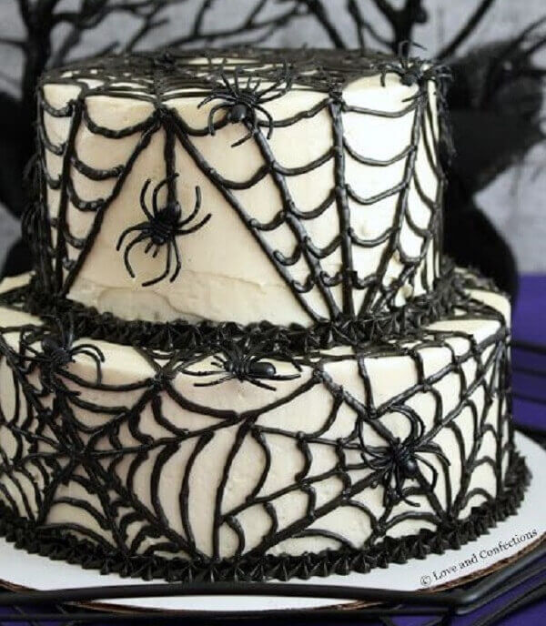 Bolo de Halloween simula uma grande teia de aranha
