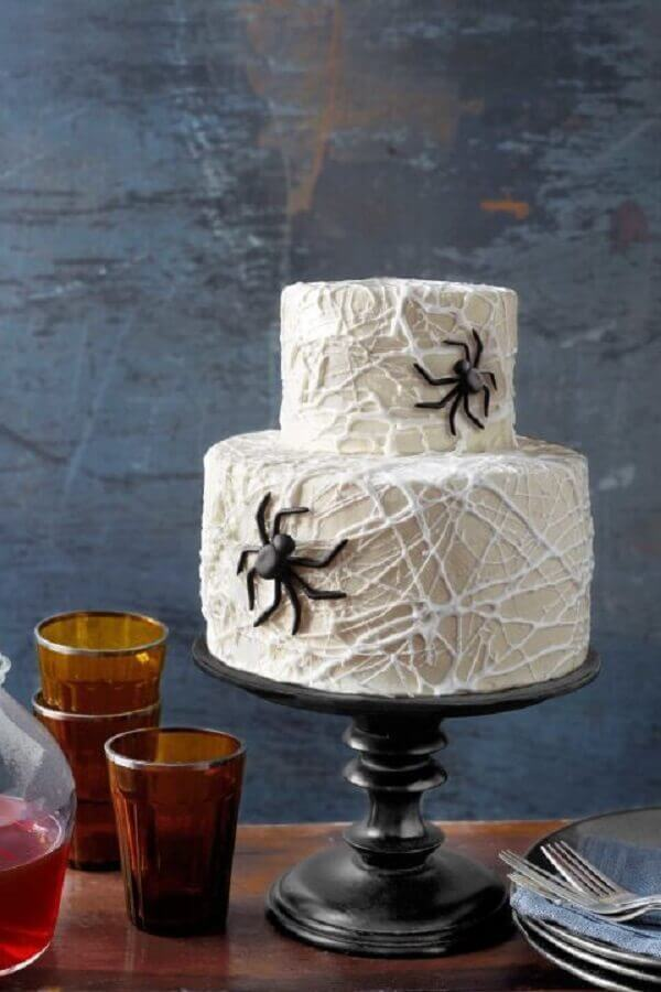 bolo personalizado com teias de aranha para festa de dia das bruxas Foto WomanAdvice