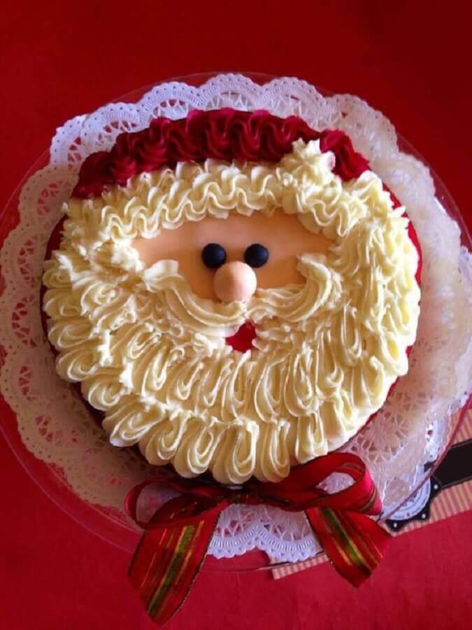 bolos de natal decorados com chantilly e rosto do papai noel Foto Pinosy