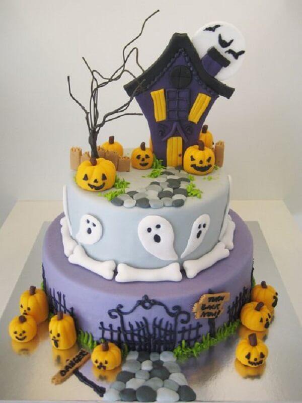 Bolo de Halloween feito com pasta americana criativo