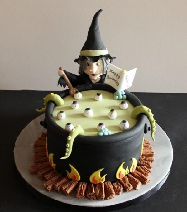 Bruxa e caldeirão compõe a decoração desse bolo de Halloween