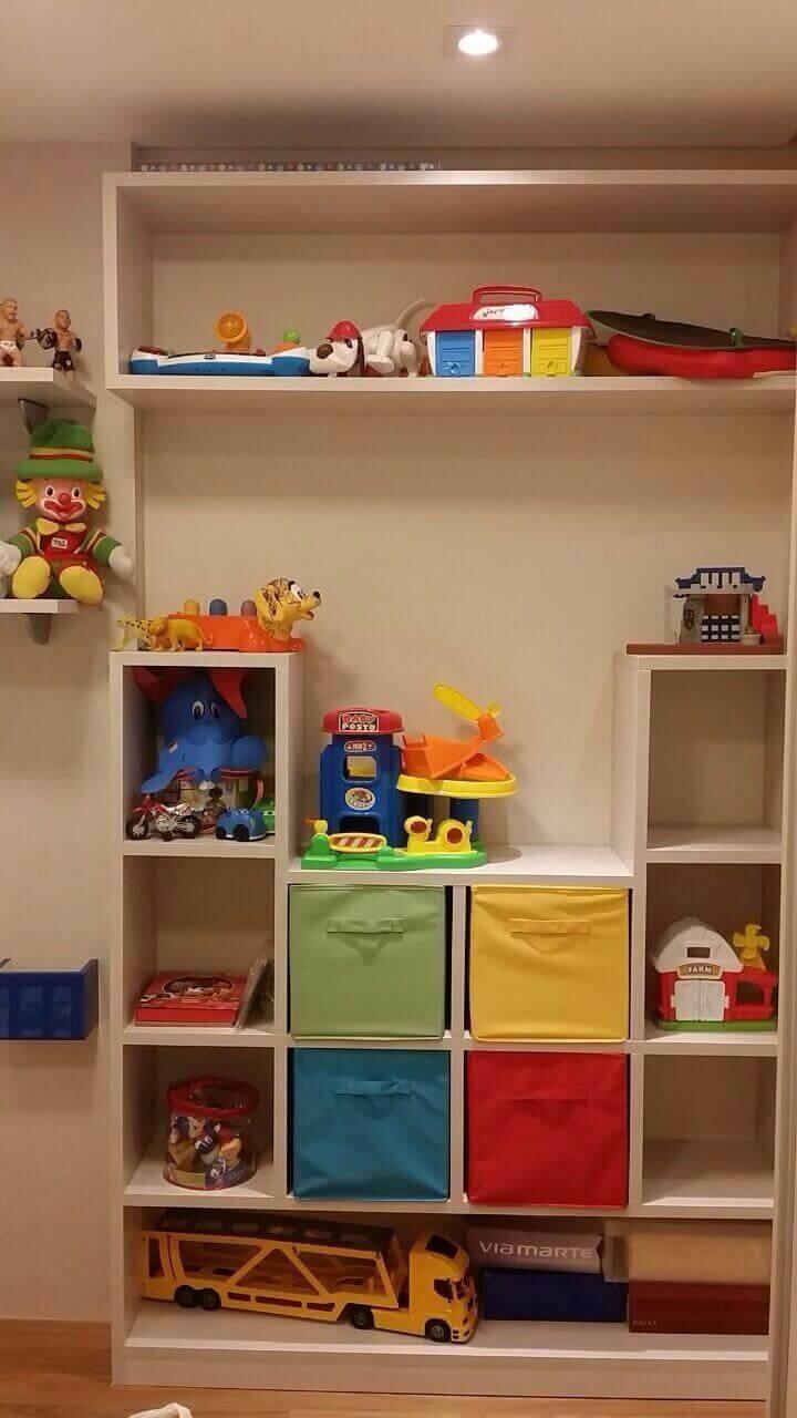 brinquedoteca com nichos de madeira com gavetas coloridas
