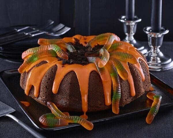 Bolo de Halloween simples com cobrinhas doces por cima