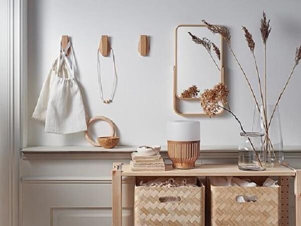 Gancho de parede feito em madeira fixado próximo ao aparador