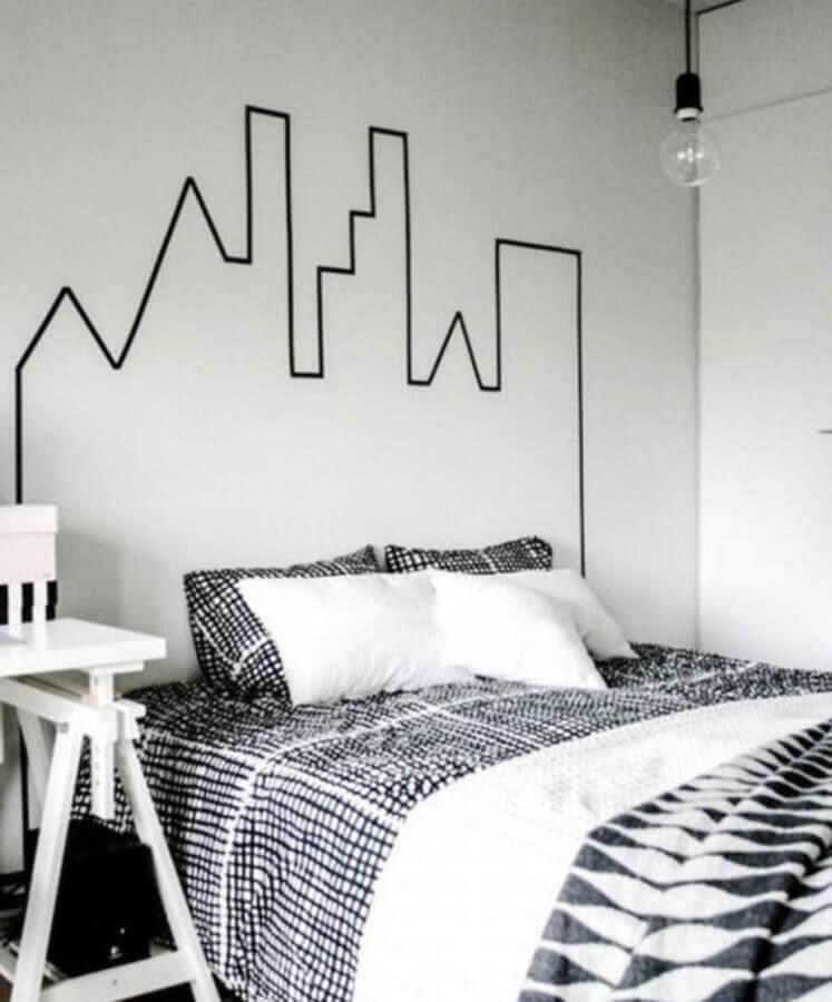 cabeceira em formato de cidade para decoração de quarto com fita isolante Foto Pinosy