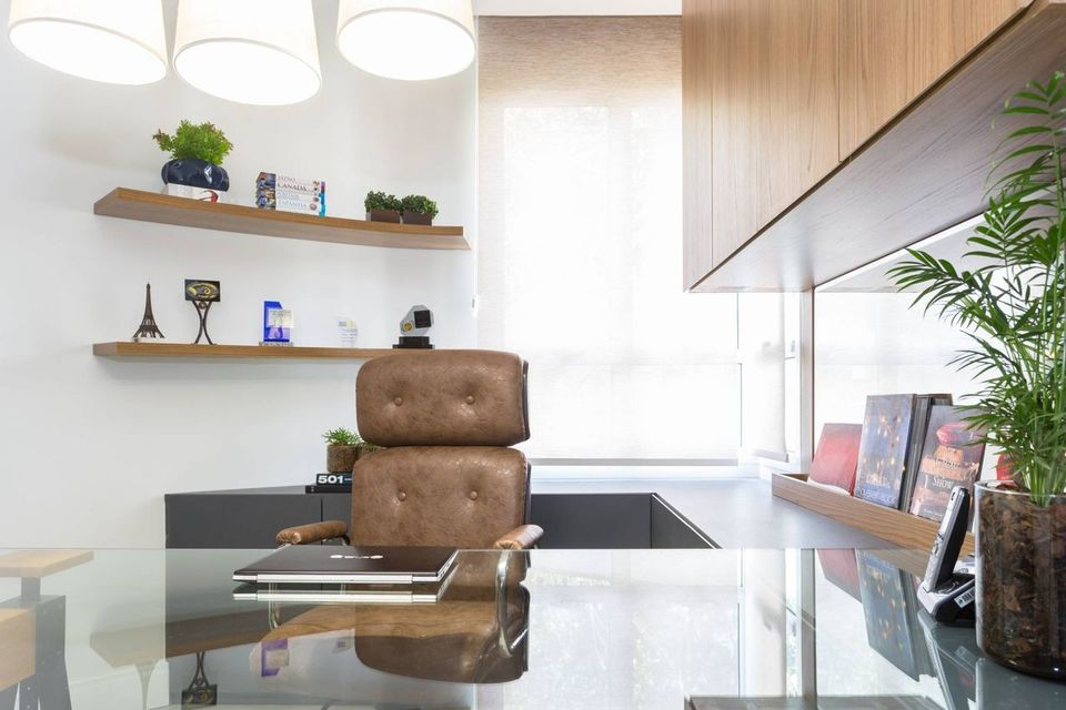 cadeira para escrivaninha - cadeira de couro marrom e bancada de vidro comum