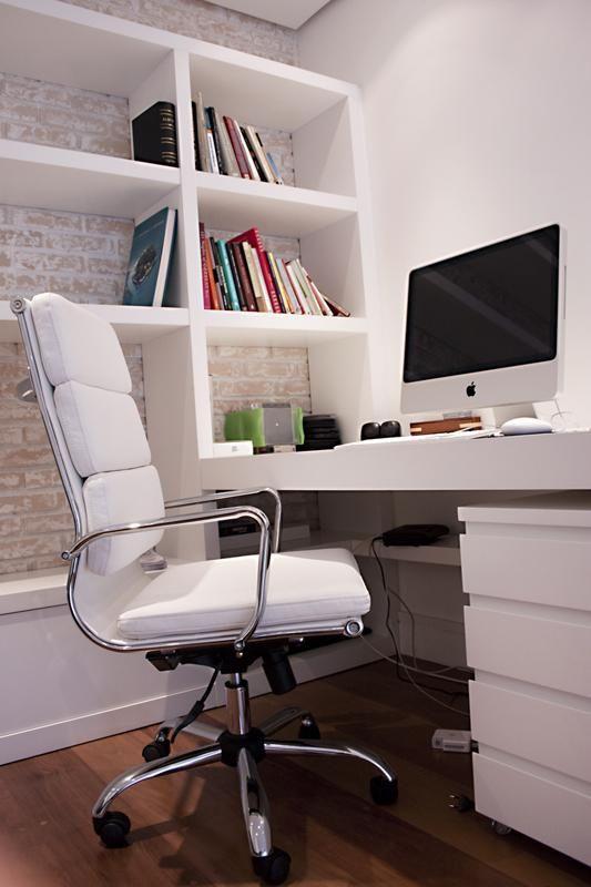 cadeira para escrivaninha - escritório com estante de madeira e cadeira branca