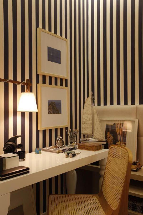 cadeira para escrivaninha - home office com papel de parede listrado