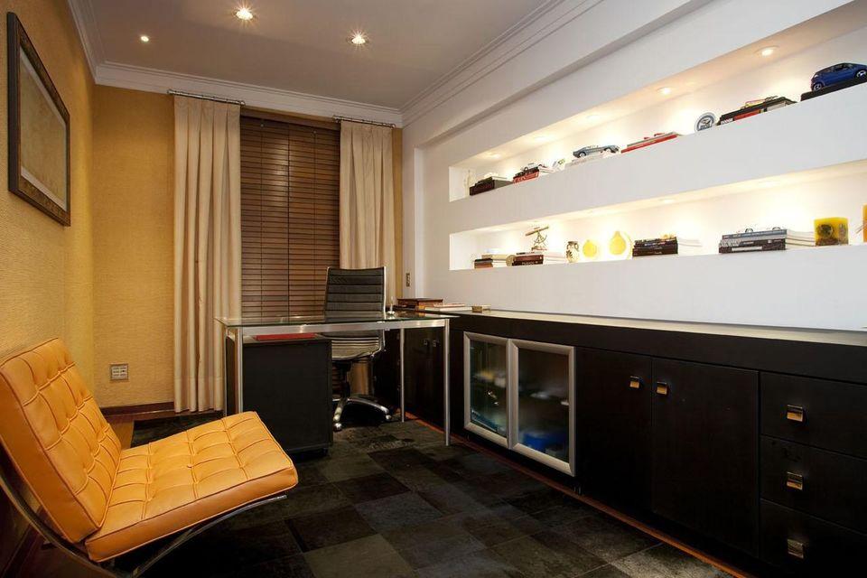 cadeira para escrivaninha - home office com sofá laranja e cadeira preta