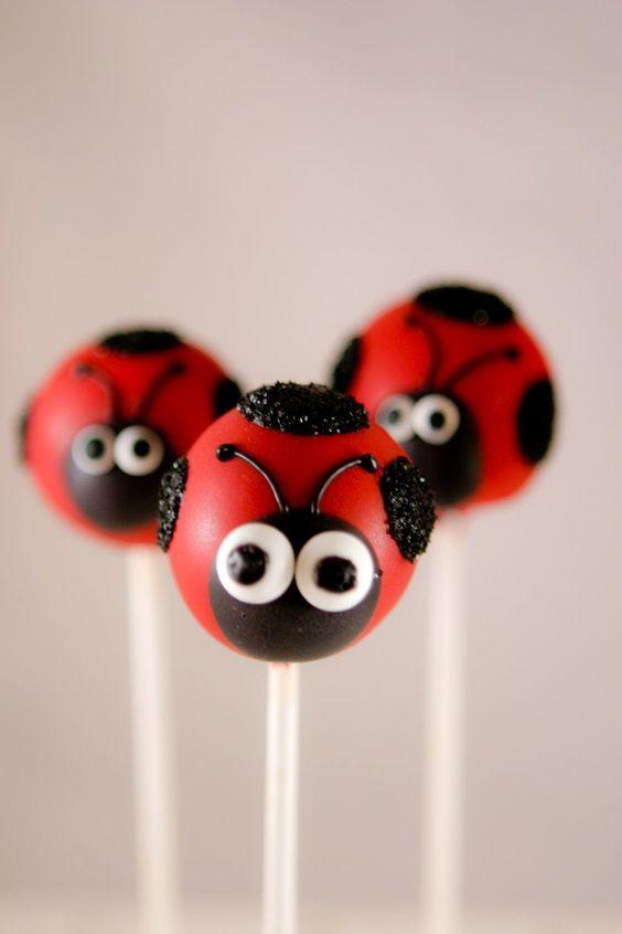 Cake pop de joaninha para decorar a mesa de guloseimas da festa ladybug