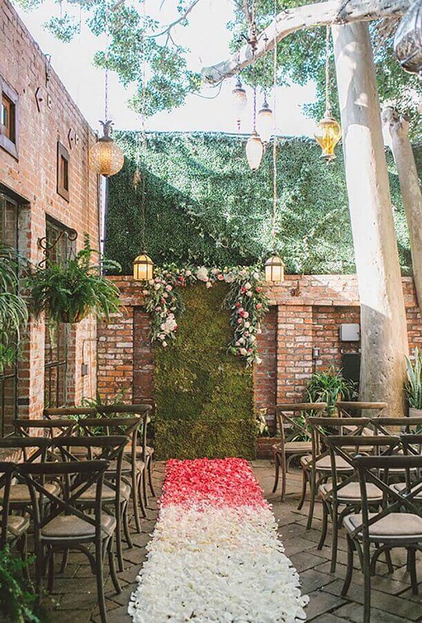 caminho de pétalas de rosas para cerimônia de mini wedding rústico Foto Pinterest