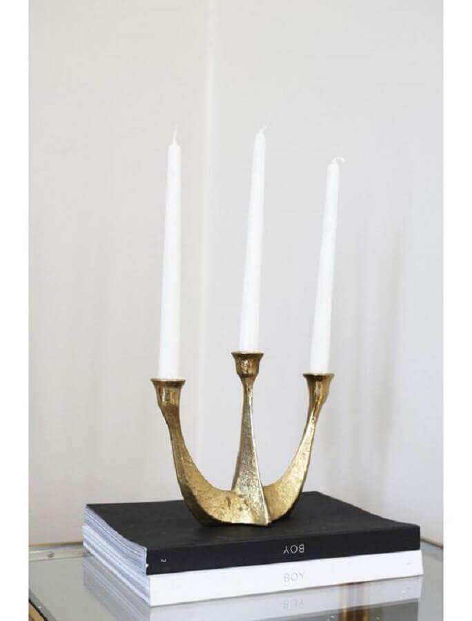 castiçal de ferro com acabamento dourado Foto Pinosy