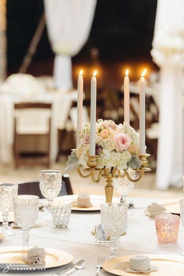 castiçal dourado com arranjo de flores para decoração de mesa de casamento Foto Pinterest