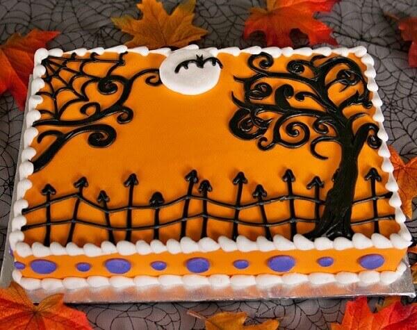 Bolo de Halloween retangular com massa laranja