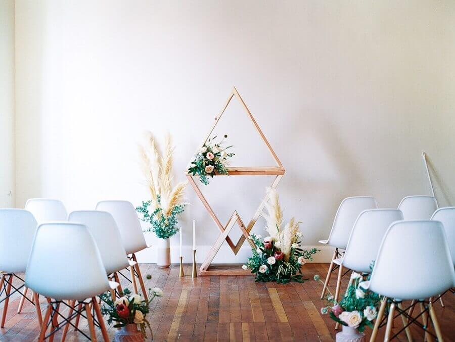 cerimônia de mini wedding com decoração moderna Foto Amy Golding Photography