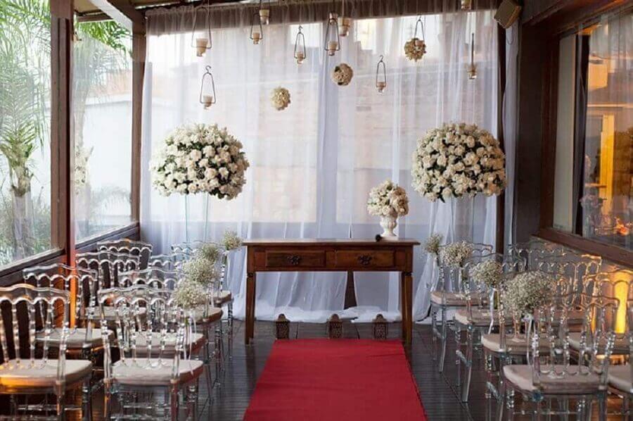 cerimônia de mini wedding decorada com arranjo de flores brancas Foto Party Style