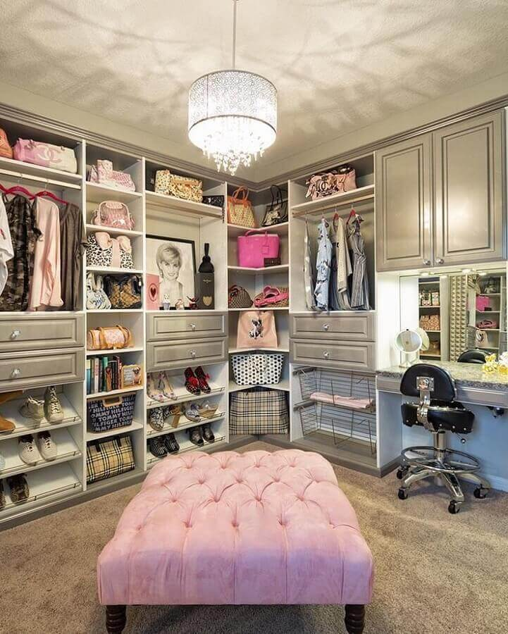 closet feminino de luxo decorado com puff rosa e cantinho para penteadeira Foto We Heart It
