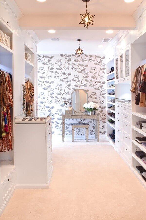 closet luxuoso decorado com papel de parede e ilha pequena Foto Closet Theory