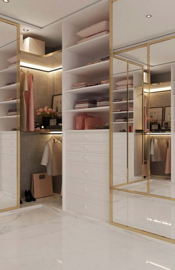 closet luxuoso moderno todo branco decorado com detalhes dourados Foto Pinterest