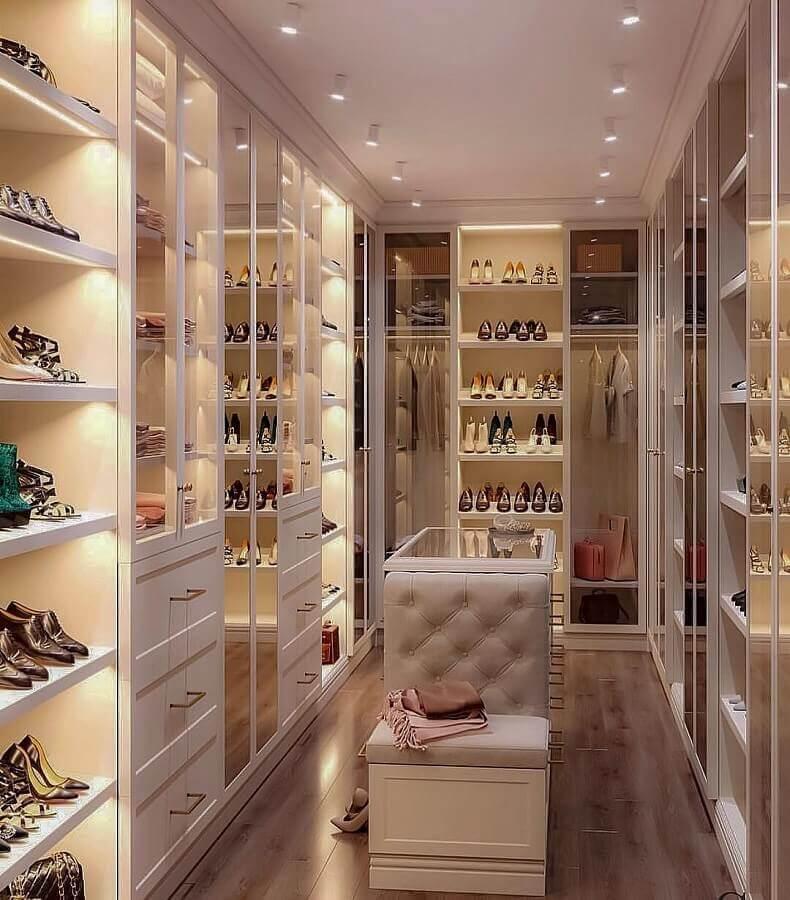 closet luxuoso pequeno decorado com móveis planejados e ilha pequena Foto Dicas de Mulher