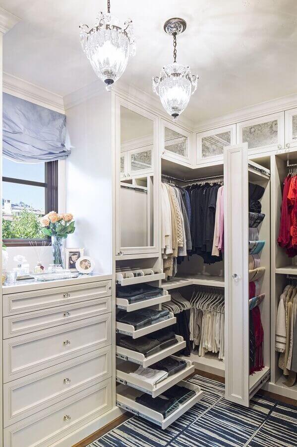 closet luxuoso pequeno decorado com tapete listrado Foto Pinterest
