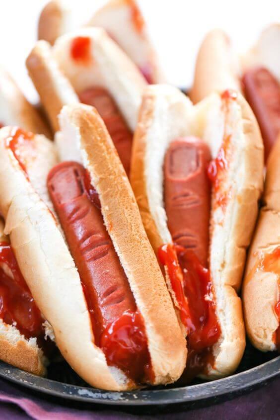 Hot dog com salsicha cortada para representar um dedo