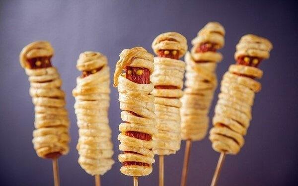 Múmias feitas de salsichas e massa de pastel
