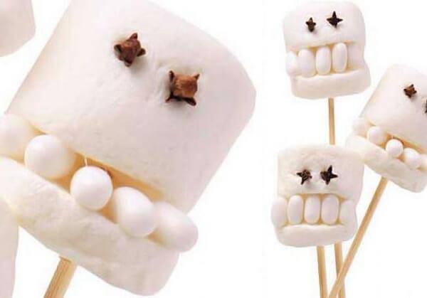 Caverinhas feitas com marshmallow branco e cravo no palito