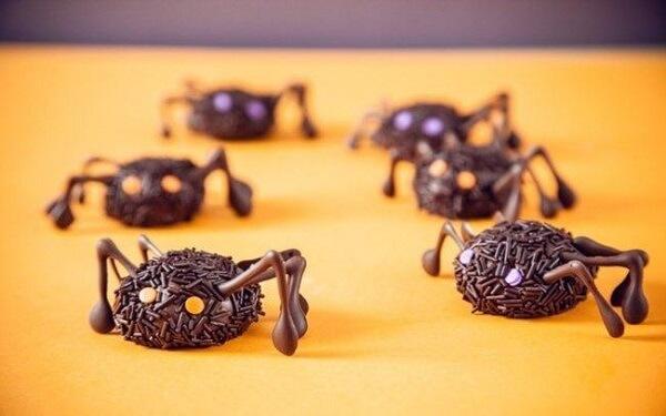 Brigadeiros simulam aranhas