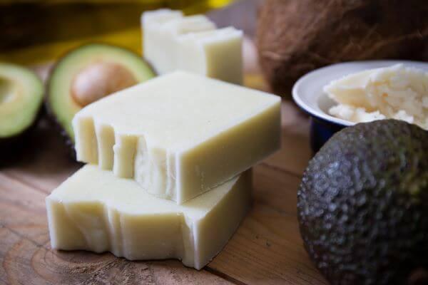 Use ingredientes super hidratantes em como fazer sabonete artesanal, como o abacate