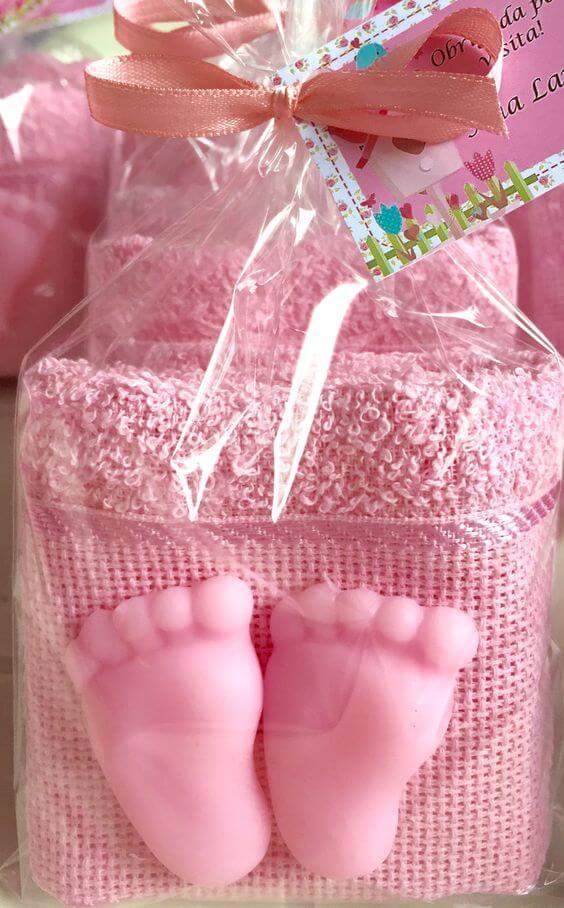 Como fazer sabonete artesanal em formato de pés para chá de bebê com toalhinha
