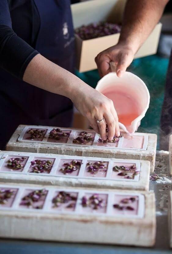 Use formas de silicone para aprender como fazer sabonete artesanal e siga o passo a passo