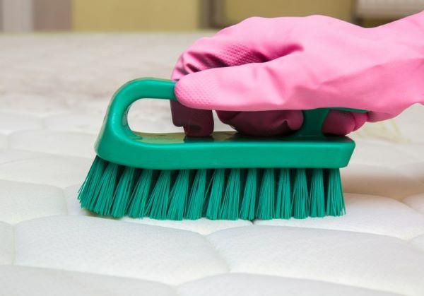 Como limpar colchão encardido com escovinha