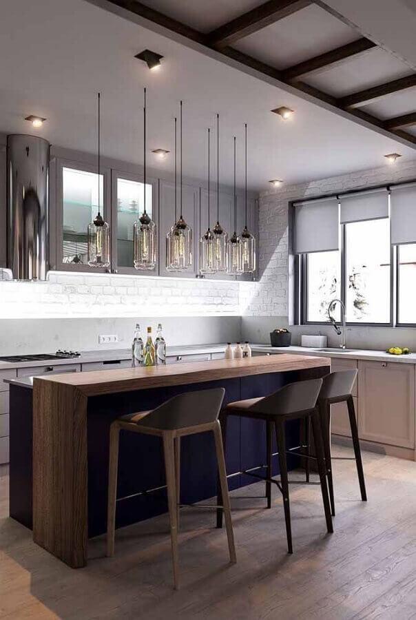 cor azul marinho para decoração de cozinha com bancada de madeira Foto Maison Gabriele