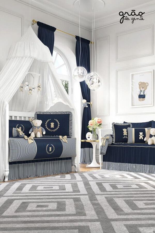cortina azul marinho para decoração de quarto de bebê com tapete cinza Foto Grão de Gente