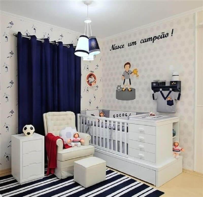cortina azul marinho para quarto de bebê com tapete listrado e papel de parede Foto Amandica Indica