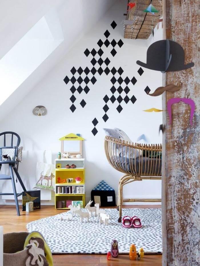 Quarto de bebê com decoração delicada e berço de vime