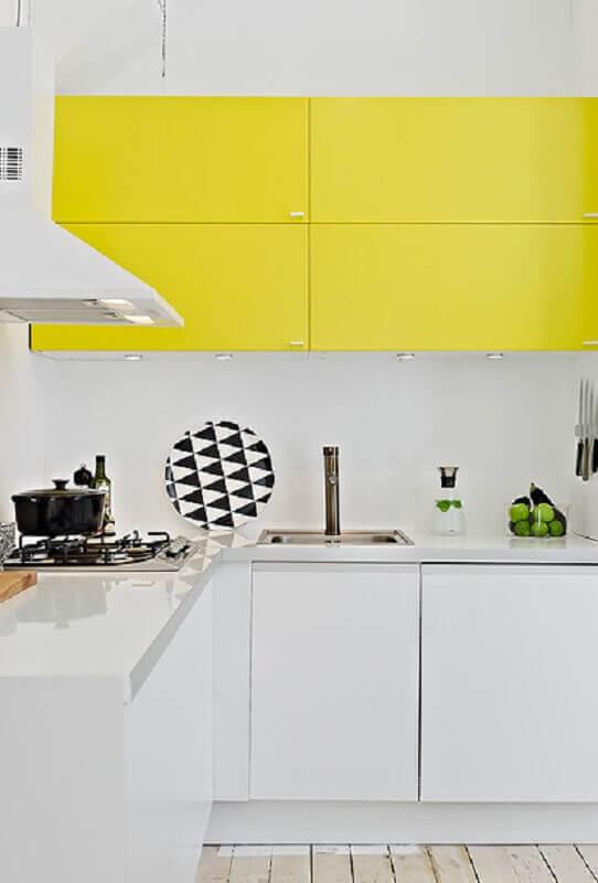 cozinha amarela e branca planejada com luz em armário aéreo Foto Pinterest